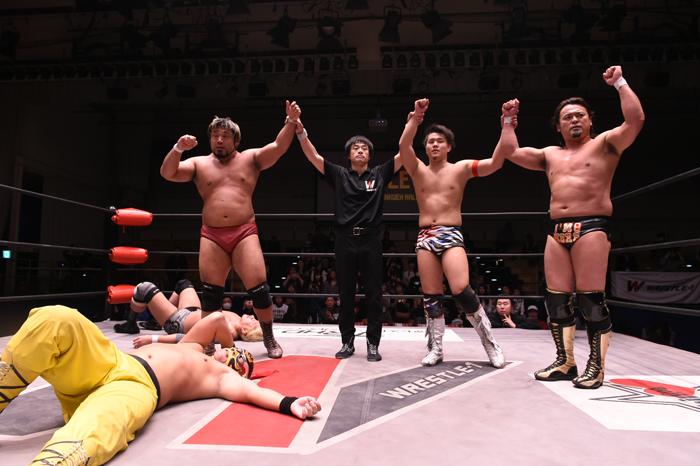 W-1:Seiki Yoshioka vence a Hijo del Pantera y lesionado gana torneo 4
